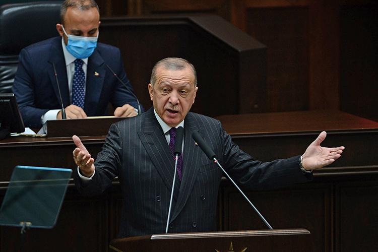 «Реджеп Эрдоган вэтом смысле уникален: онпервым измировых лидеров почувствовал, что наступают совершенно новые времена, когда старые структуры, институты ипрежние правила игры начинают все больше пробуксовывать, атоивовсе неработают»