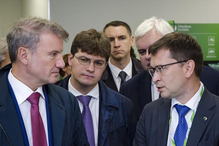 Управляющий отделением «Банк «Татарстан» Сбербанка РоссииРушан Сахбиев (справа)шагнул наодну ступень вверх, заняв 15 место. Причина— усиление Сбера вцелом