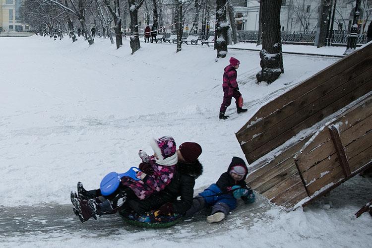 Опасные катания вэтом году привели иктрагедии. Внациональном парке «Нижняя Кама» Елабужского района трехлетняя девочка самостоятельно спускалась сгорки наснегокате иврезалась вдерево