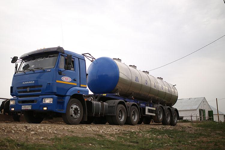 «Сегодня есть хозяйства, у которых есть качество и объем, они сдают по 32 — 33 рубля за литр. Есть заводы, например, Зеленодольский молочный комбинат, которые приобрели транспорт и напрямую закупают молоко у населения»