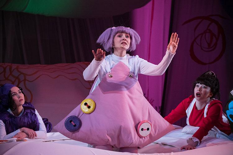 Детский спектакль по пьесе модного столичного драматурга Олжаса Жанайдарова стал последней премьерой театра им. Камала в ушедшем календарном 2020 году