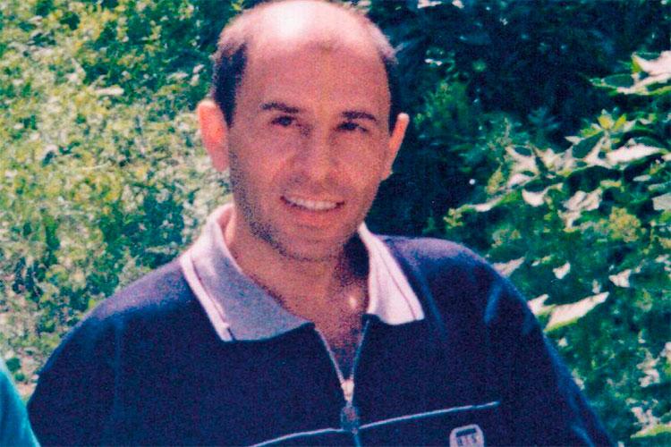 Мухин был объявлен в розыск в России в 1998 году. Его подозревали в убийстве лидера ОПГ «Калуга» Вячеслава Татарова, больше известного как Янис