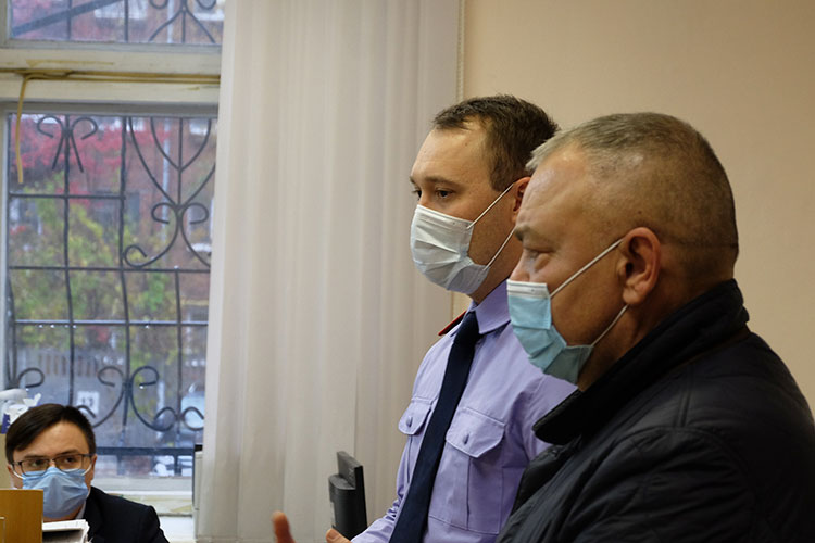 Как стало известно в суде, с июля прошлого года Федя (правее) и Валек — частые гости в здании СУ СКР по РТ. Туда они ходят в кабинет к следователю Хакимзянову (левее), где знакомятся с материалами дела
