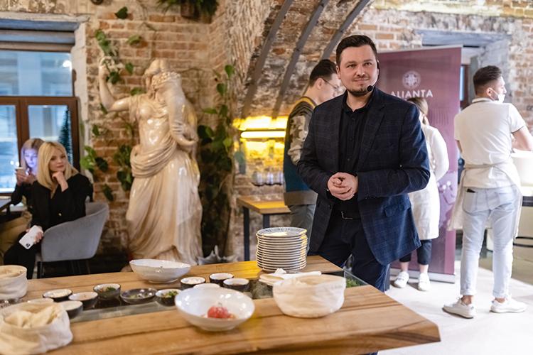 Тимур Ахмеров:«Унас была задача— сохранить историю исоздать особенную, уютную атмосферу. Для этого многие вещи внашем ресторане сделаны вручную»