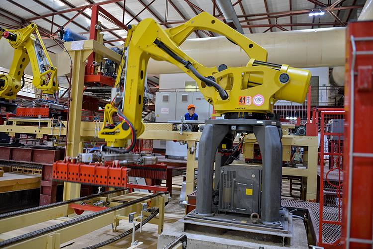Производство на заводе существенно роботизировано