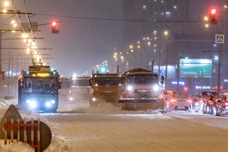 «Количество снегоуборочной техники планируется увеличить до700-800 единиц, подрядные организации задействуют все свои резервы, привлекают дополнительную технику. Увеличится количество техники вовремя уборки снега дороге днем иночью»