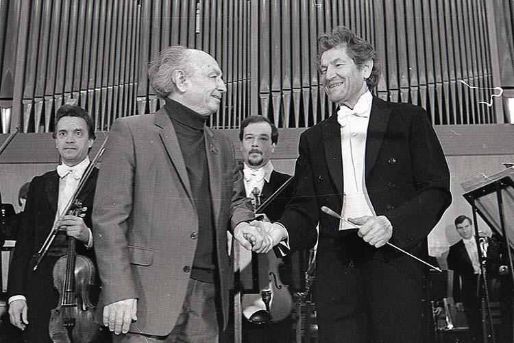 Назиб Жиганов (слева) и дирижер Фуат Мансуров на открытии сезона симфонического оркестра Государственной филармонии ТАССР. Сентябрь 1986 г.