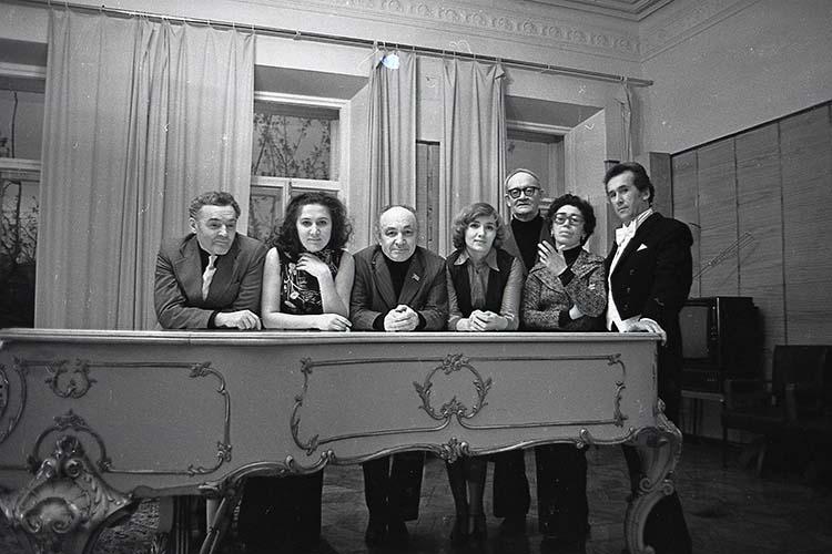 Певец и режиссер Нияз Даутов, пианистка Светлана Захарова, композитор Назиб Жиганов (слева направо), пианист Владимир Апресов (третий справа) и певец Эмиль Заляльдинов (справа). 16 мая 1981 г.