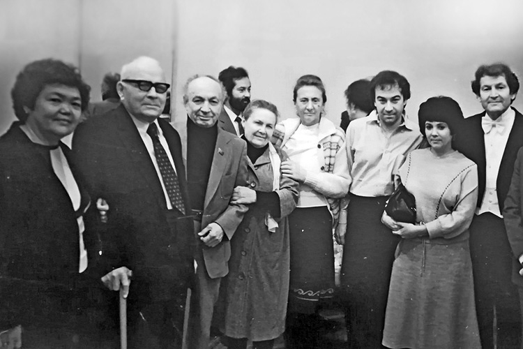 В апреле 1945 года была создана Казанская государственная консерватория., а в июне 1945 года Назиб Жиганов был назначен ее директором. Он Бессменно руководил консерваторией более 40 лет (крайние слева – супруги Урманче и Назиб Жиганов, на заднем плане – Рустэм Заляй, крайний справа – Фуат Мансуров)