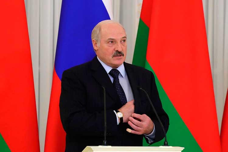 «Почему не послушал Лукашенко? Я наблюдал за теми, кто его делал. Там есть группы на Западе, кто его делал. Во-первых, потому что он маленький, но очень амбициозный. Во-вторых, он смотрит на Швецию. В-третьих, ему так удобнее. Если бы мы сказали, что мы не делаем, он бы сказал: «А я сделаю». У него дух противоречия, как у подростка с отцом. Поступи наоборот»