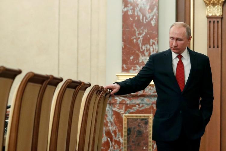 «Путин, как я понимаю, ждет, когда наступит острый процесс. Он доверяет одному — своему политическому инстинкту, и достаточно безошибочно. Это ситуационное реагирование в условиях кризиса»