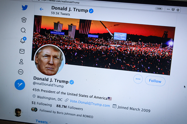 Twitter навсегда заблокировал личный аккаунт Трампа из-за риска «подстрекательства кнасилию». После этого Трамп заявил, что Twitter— «это непро свободу слова»
