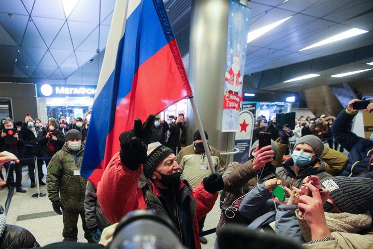 Несколько сотен сторонников оппозиционера ижурналистов уже толпились во«Внуково», где ихждали подогнанные автозаки, непробиваемые нажалость полицейские идешевый балаган. Сцветами, плакатами, плясками
