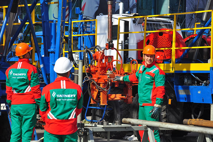 Выручка «Татнефти» за 9 месяцев минувшего года по РСБУ снизилась на 21% до 484 млрд, прибыль сократилась почти в три раза: со 150 млрд до 52,4 млрд рублей