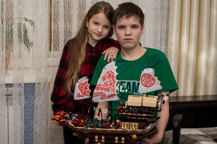 Большую часть своего свободного времени Даниил проводит сосвоей сестройВикторией, которая насемь лет его младше