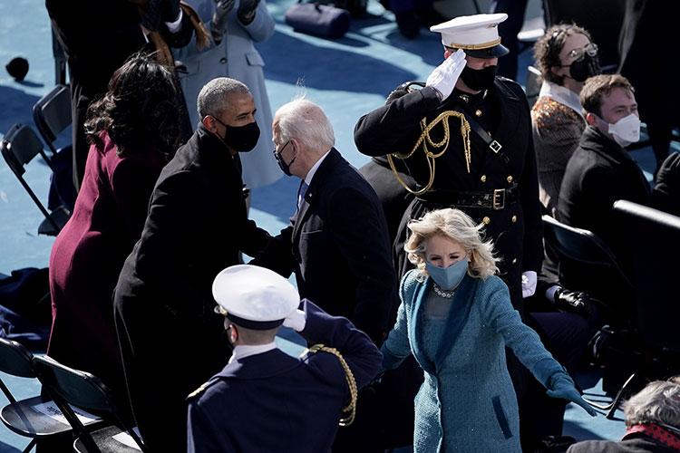 Вместо Трампа на инаугурацию прибыли трое бывших президентов США с супругами: Обама, Буш и Клинтон. Присутствовал и пока еще вице-президент Майк Пенс с супругой