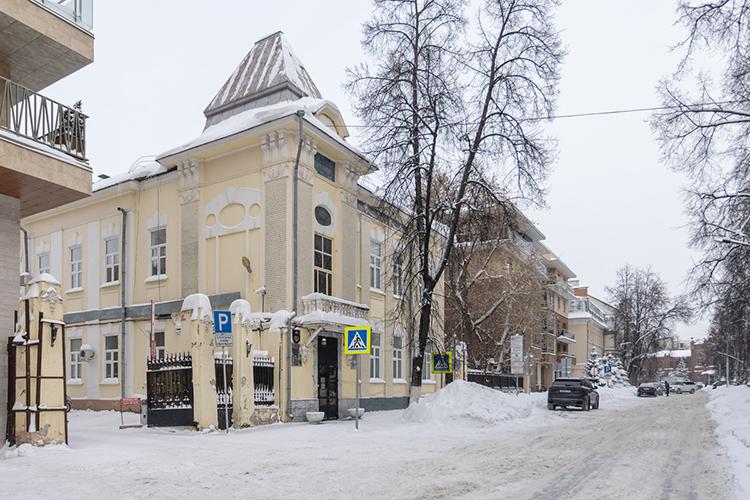 Второе здание расположено в50 метрах отЛядского сада наулице Щапова.Это тоже исторический особняк, новдва этажа. Это здание известно как особняк Марко