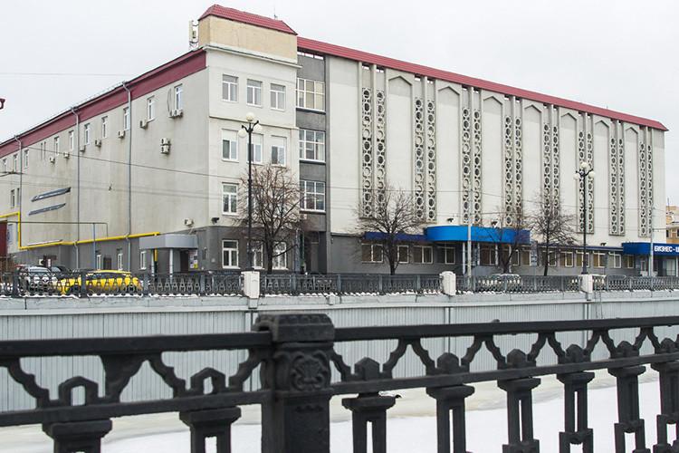 Набанкротных торгах продан комплекс зданий поадресу Право-Булачная, 13. Это имущество ликвидированного «Росэнергобанка». Комплекс состоит изпяти зданий общей площадью 6,5тыс.кв. м спятью земельными участками общей площадью 4,5тыс.кв.м