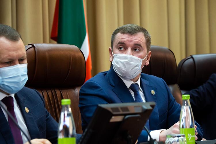 Марат Зяббаров призвал руководителей серьезнее отслеживать ситуацию с заболеваниями. И напомнил, что в случае занесения вируса на крупные промышленные предприятия им грозят многомиллионные убытки
