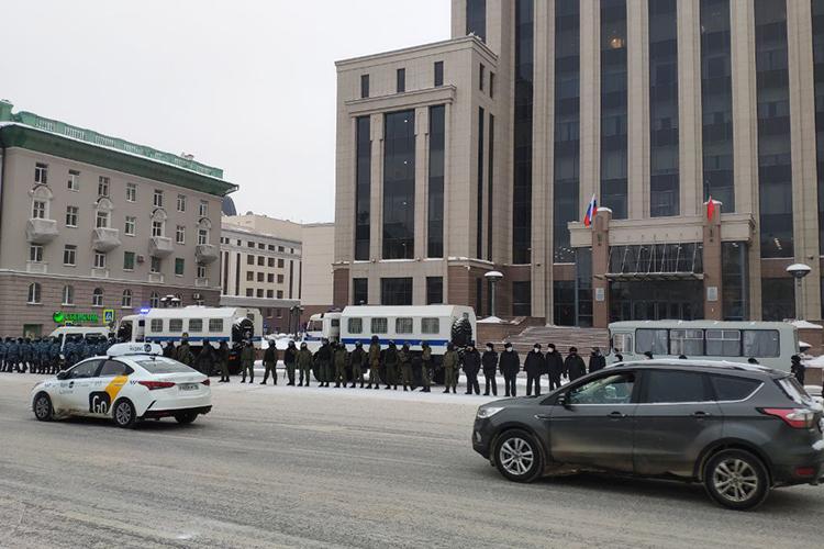 Укабмина полицейские иросгвардейцы уже выстраивались влинию