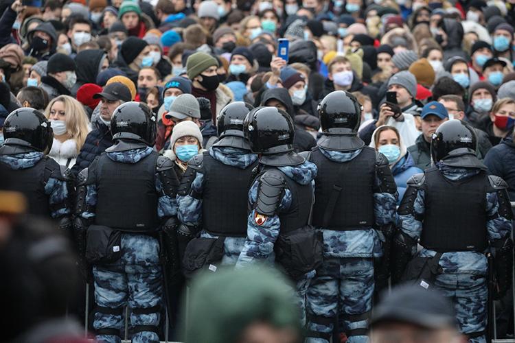 Часам кчетырем МВД сообщает, что нанесогласованную акцию собрались около 4тыс. человек. Ноучастников явно больше: Тверская забита людьми. Полицейский кричит вмегафон «расходитесь»