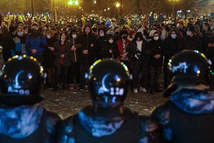Летят сообщения, что митингующие кидают вОМОН имашины смигалками снежки