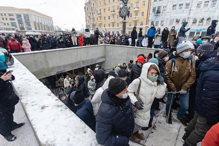 Остановка учасов итротуары уГУМа оказались полностью забиты, собралось неменее 500 человек. Они выкрикивали лозунги, ихпродолжали задерживать ивести вавтозаки