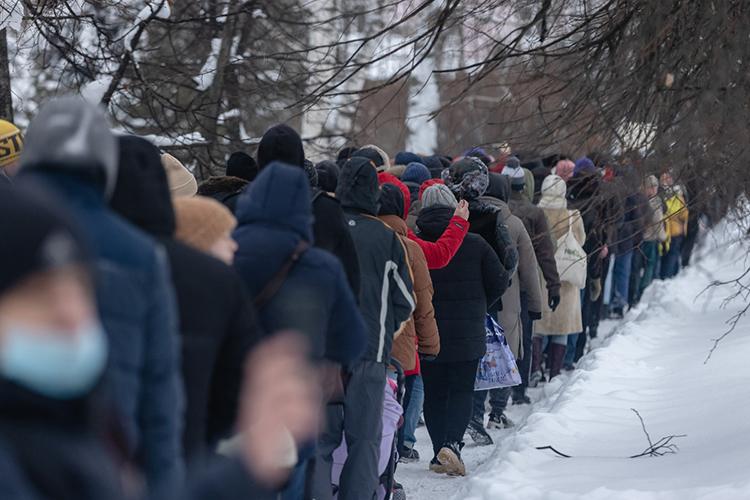 К14:30 началась настоящая неразбериха: часть митингующих ринулась вобход поПрофсоюзной (вихчисле были ишкольники лет 12-ти), другая часть пробилась всторону отеля «Шаляпин», остальные держали курс наКремль