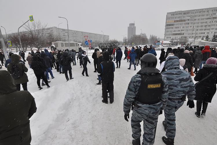 Тех, кто шумно протестовал идержал плакаты, уводили вавтозак. Тенеоказывали сопротивления, молча следуя запредставителями власти