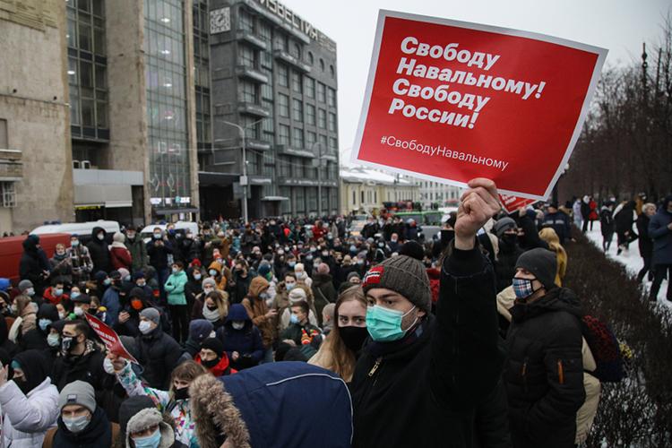 Навальный атакует. Инициатива заним. Впробоину, которую оноткрыл вбортовине российского государства, хлынули воды извне