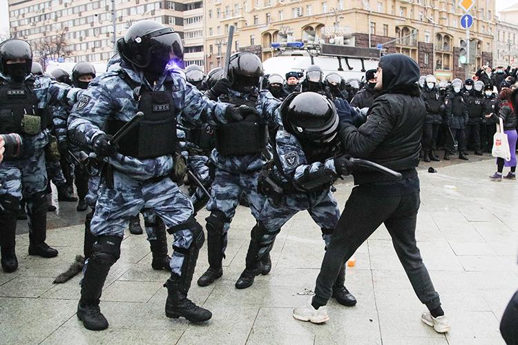 «Вряд ли правоохранителям дали установку на жесткое пресечение, скорее сыграл человеческий фактор — вспышки агрессии в ответ на агрессию»