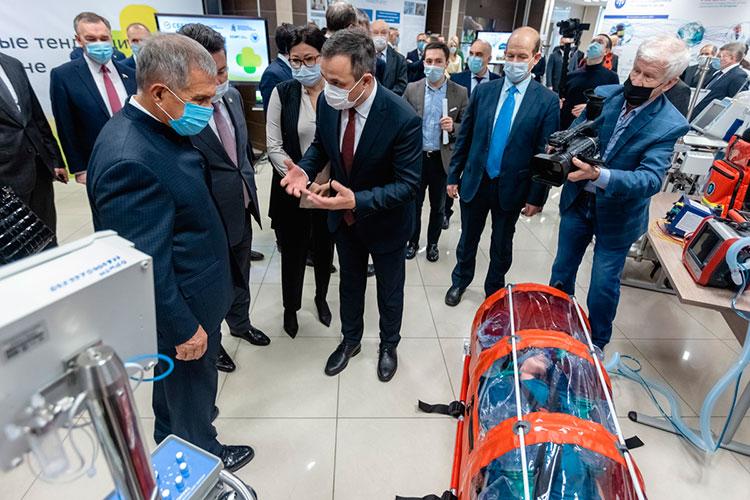 Главный врач РКБ Рафаэль Шавалиев представил изолирующий бокс для транспортации пациентов (BIO-BAG EBV 30/40), которых необходимо эвакуировать при помощи вертолета