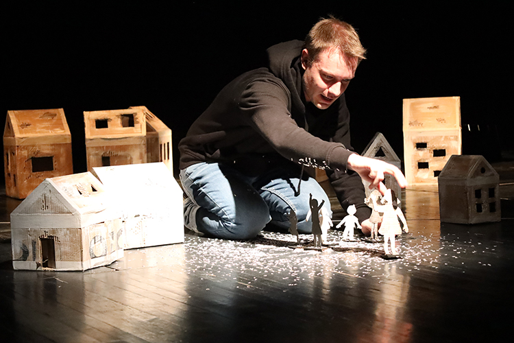 Лаборатории обычно организует конкретныйтеатр, приглашенным режиссерам занесколько дней дается возможность создать ипоказать эскиз спектакля, задействуя актеров ииспользуя художественные возможности театра