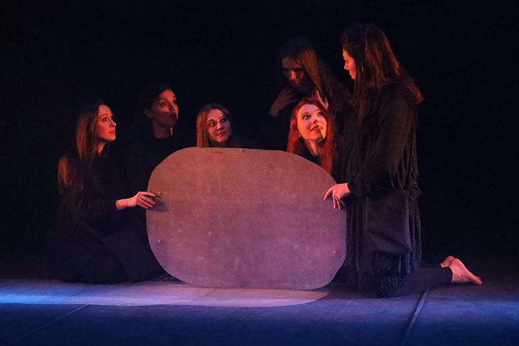 Вторым посчету эскизом стала «Русалочка» Светланы Озерской, основателя театра пластики рук «HAND MADE». Воснову сюжета легла сказка Андерсена орусалочке, текст был распределен между шестью актрисами