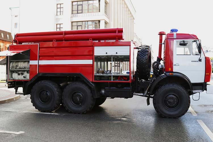 Президенту РТ показали первый отремонтированный пожарный грузовик — блестящий новенькой краской КАМАЗ пригнали прямо к зданию Госсовета. Капремонт обошелся в 1 млн 843 тыс. рублей. Автомобиль, сказали тогда в МЧС, был практически воссоздан заново