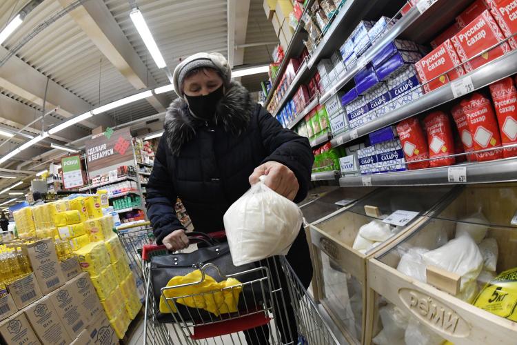 ФНС разослала крупным ритейлерам запросы спросьбами предоставить прогнозы наизменение цен базовых продуктов в2021 году.Опрос может предварять дальнейшее расширение списка социально значимых продуктов смаксимальными ценами наних. Вдекабре прошлого года правительство уже отнесло ктаковым сахар иподсолнечное масло