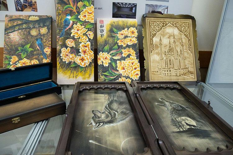 Для приглашенных наколлегию гостей организовали небольшой музей изпродукции, которая делается руками осужденных