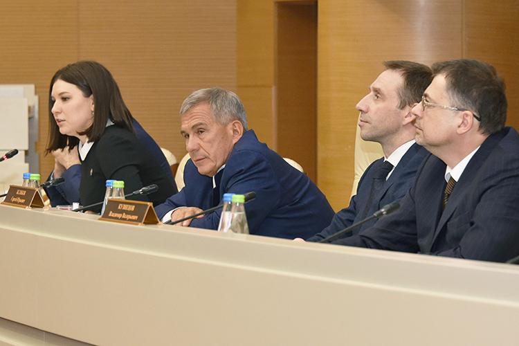 Глава АИР РТТалия Минуллина, президент РТ Рустам Минниханов (третий справа),председатель правления Национальной ассоциации агентств инвестиций иразвитияСергей Беляков (второй справа) идиректор Информационного центра ООН вМосквеВладимир Кузнецов (справа)