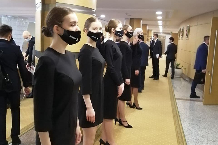 Гостейитогового заседания коллегии Агентства инвестиционного развитияРТвстречали стройные девушки в черных платьях мини ивчерныхже масках снадписьюInvestTatarstan