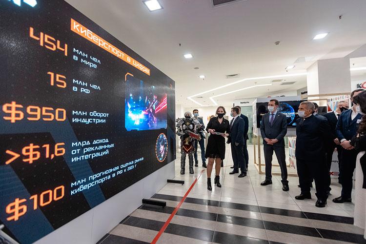 В конце гостей коллегии встречал большой цифровой стенд Cyber Park — нового ежегодного мероприятия ИТ-парка по киберспортивным дисциплинам с очаровательными косплеершами по популярным компьютерным играм