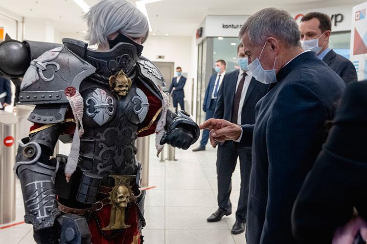 «Живая или робот?» — улыбнувшись, дотронулся президент РТ до доспехов Сестры битвы и направился в зал