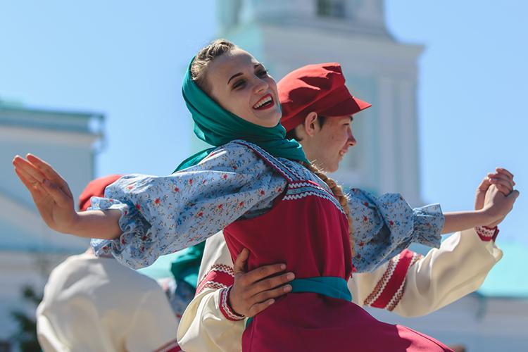 «Русские сохраняют подавляющее большинство и, понашим прикидкам, несобираются впредстоящие десятилетия (идаже столетие) утрачивать позицию доминирующего демографического большинства»