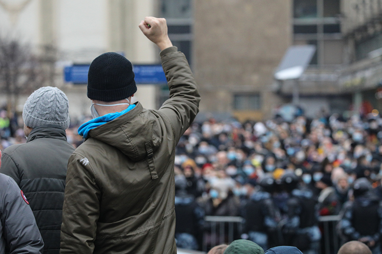 Если считать, что целью фильма Навального была нестолько мощная общественная реакция, адестабилизация элит, поиск внутренних врагов, «кротов», которые слили всю эту информацию стакими деталями, тоэта цель тоже частично достигнута, поскольку хаотичность внутри элит выросла