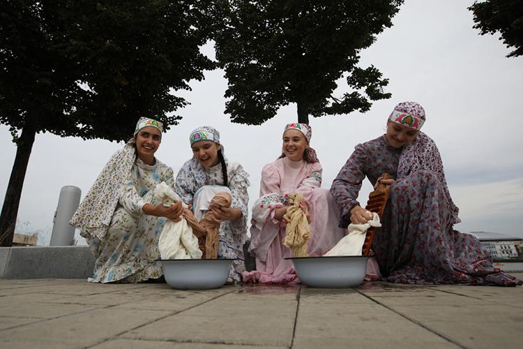 «Есть основные черты, которые объединяют все диалекты татарского языка, они называются основными элементами иихнамного больше. Тоесть, если взять вфонетическом плане, томожно сказать, что это на80% или даже на90% это одинаковые черты»