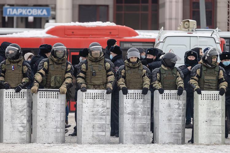 Доплощади Свободы почти никто недошел, нонавсякий случай здание оцепили около 50 омоновцев сощитами