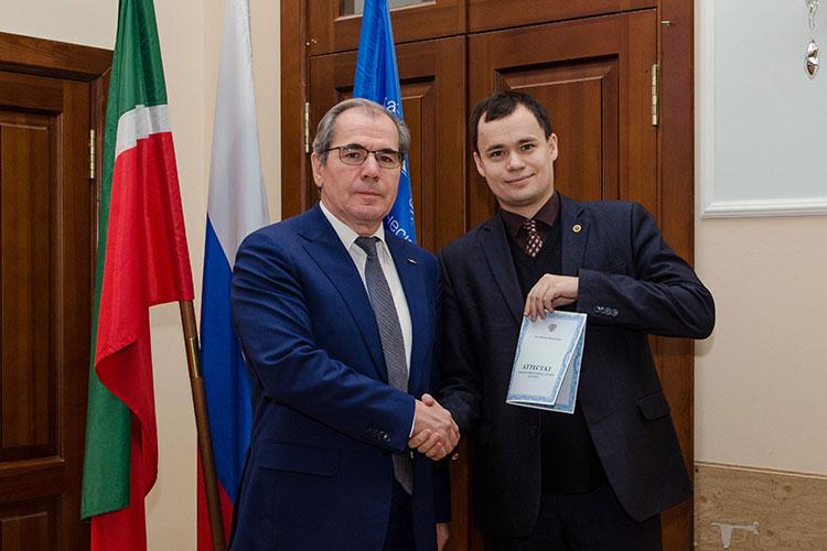 Второй — завкафедрой технической физики, 33-летний Алмаз Гайсин (справа)