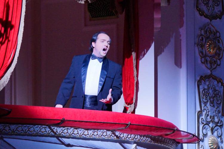 АДамир Закиров(выпускник Казанской консерватории, ныне солист Михайловского театра) умно, иронично исчувством меры исполнил Беппе-Арлекина.