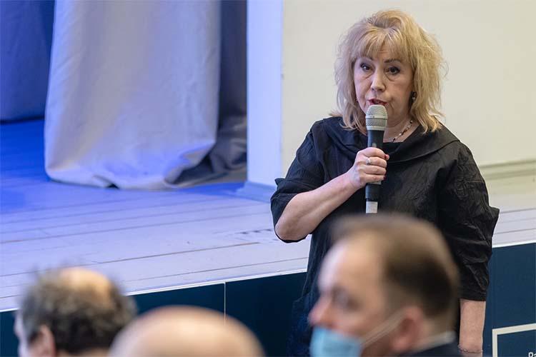 Помнению Венеры Якуповой, вГод родных языков мода начтение непомешает, поэтому нужно принять нагосударственном уровне программу распространения печатной продукции на5 лет