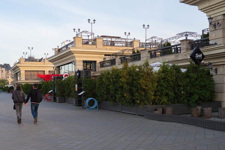 Десять торговых павильонов наКремлевской набережной, атакже помпезные рестораны Mio иSnob ищут тех, кто готов заняться этим бизнесом.Mio иSnob предлагаются совсей мебелью иоборудованием