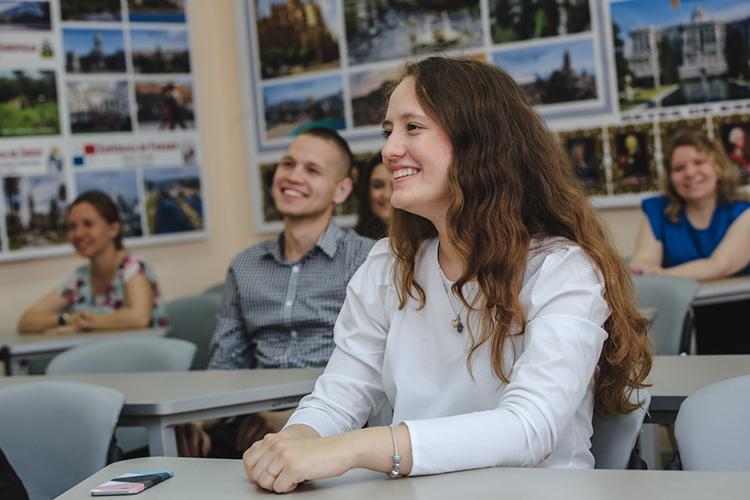 Гафуров ответил, что КФУ готовит школьных педагогов, которые могут учить нататарском, русском ианглийском
